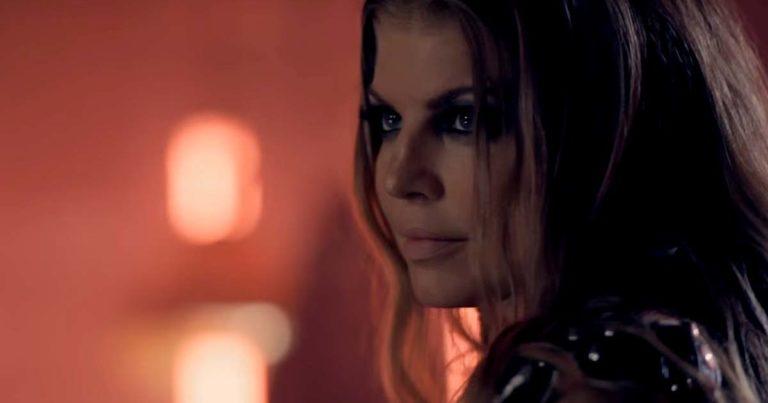 Slash y el vídeo de 'Beautiful dangerous' con Fergie (Uncensored)