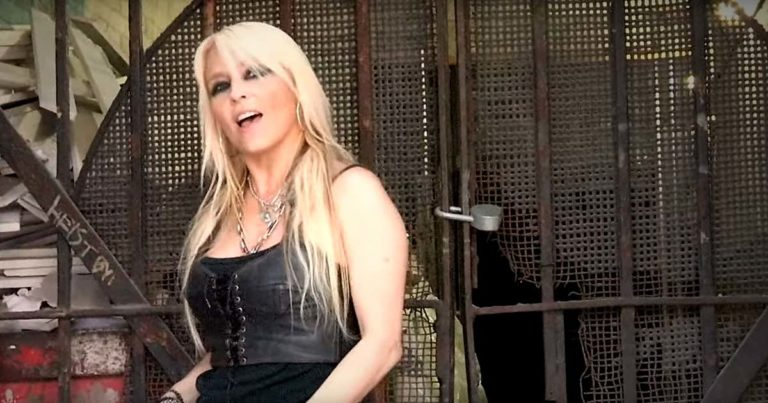 Doro y el vídeo de 'Raise your fist in the air'
