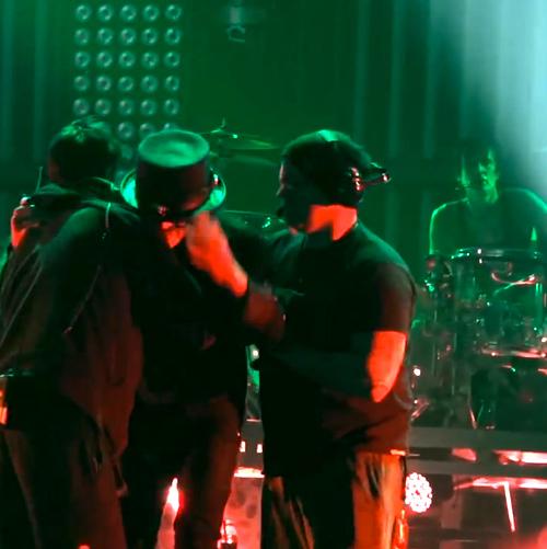 Mick Mars agredido por un fan durante un concierto de Mötley Crüe