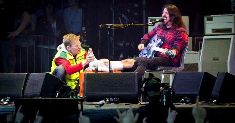 Dave Grohl prosigue un concierto después de romperse una pierna en la segunda canción