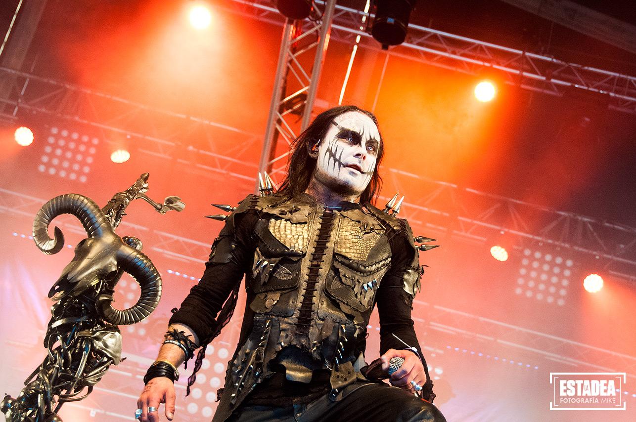 Dani Filth durante el inicio de su concierto en el escenario orientado al black, The Temple