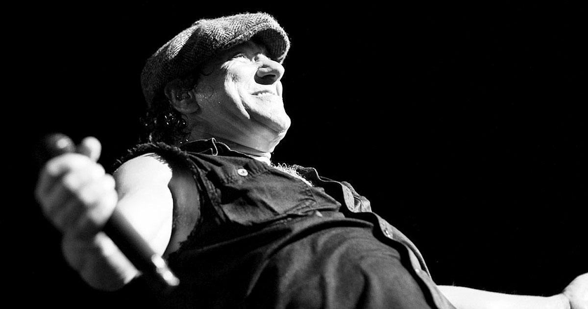 AC/DC tienen que aplazar 10 fechas por temor a una sordera permanente de Brian Johnson
