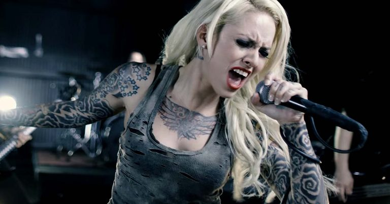 Stitched Up Heart y el vídeo de 'Monster'