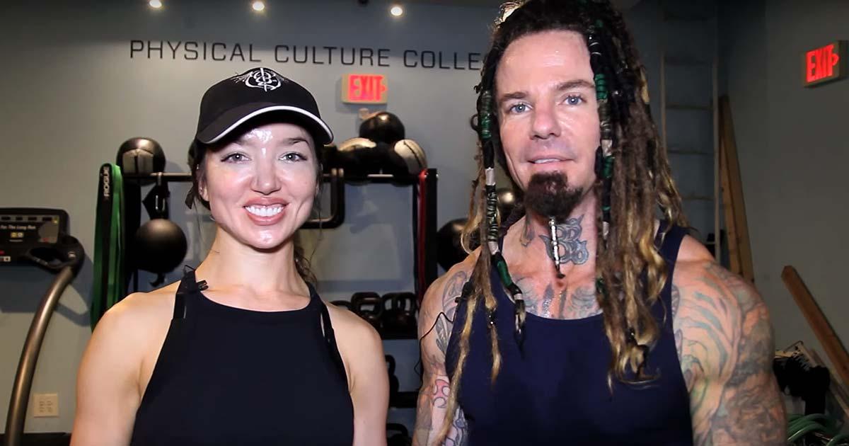 Logan Mader y Lauren Hart de Once Human nos enseñan como se ponen mazas los metalheads