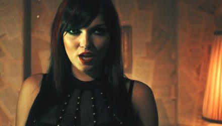 Scarlet Dorn y el vídeo de 'Hold On To Me'