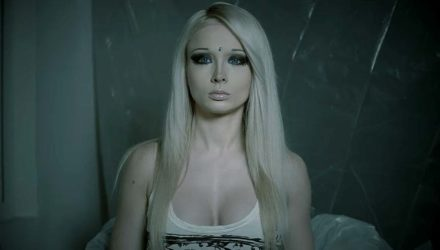 Valeria Lukyanova AKA «La Barbie Humana» se pasa al terror de serie Z con The Doll