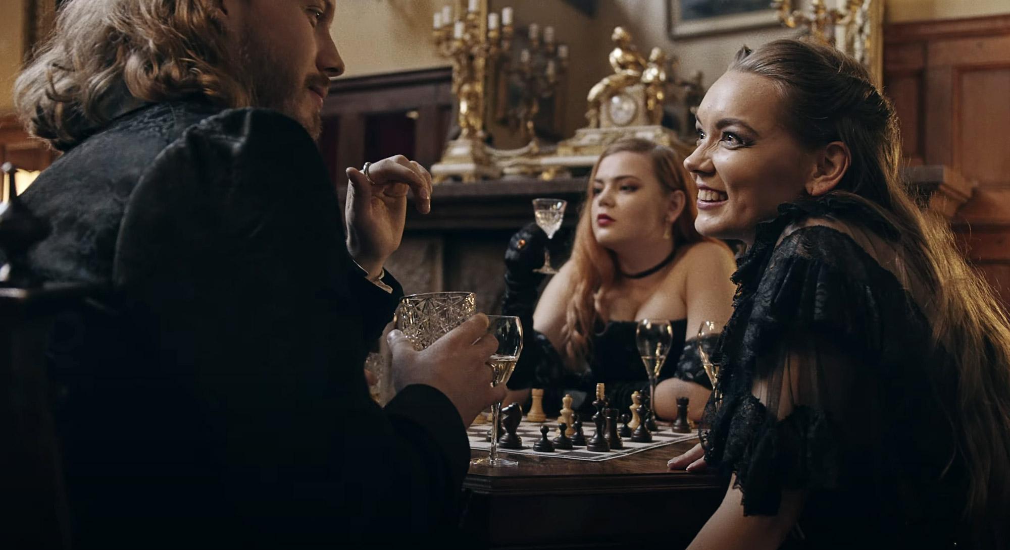 Bloodred Hourglass estrenan el vídeo de 'Kings & Queens'
